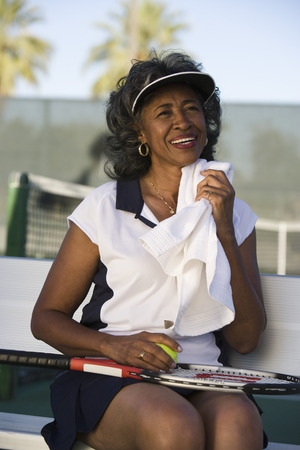 toweling: Female tennis player toweling face LANG_EVOIMAGES