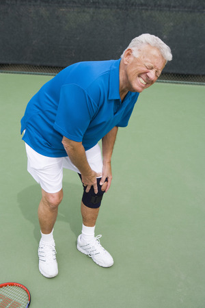 knee bend: Tennis player suffering from knee injury