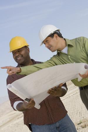 屋外の青写真を勉強して建設労働者 写真素材 - 5470233