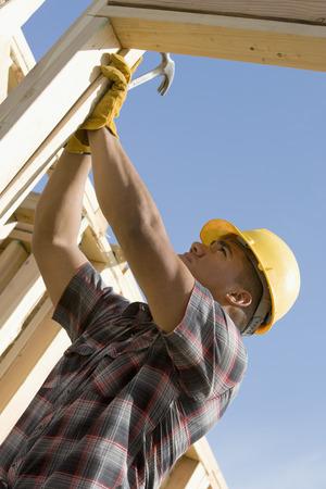 建設労働者の建物をチェック