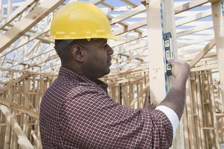 精神のレベルを使用して建物の建設労働者 写真素材 - 5470271