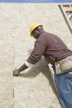 仕事で建設労働者