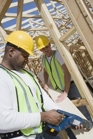 サイト上の 2 つの建設労働者