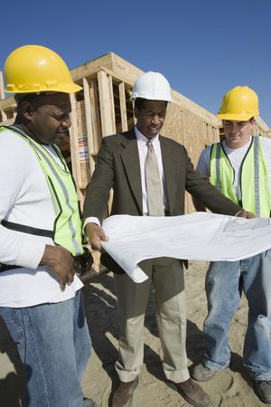 2 つの建設労働者と勉強して測量設計します。 写真素材