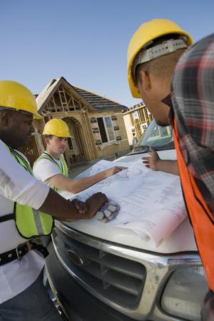 3 つの建設労働者の青写真を勉強