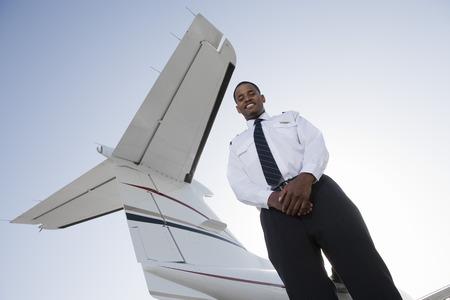 プライベート ジェット機の前に立っての客室乗務員の肖像画。