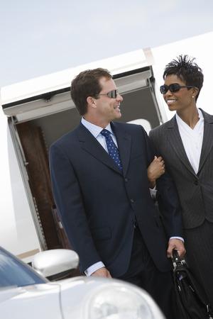 ミッド アダルト ビジネスウーマン、飛行機の前で実業家。