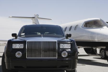 Limusina y el jet privado en la pista de aterrizaje. Foto de archivo - 5475076