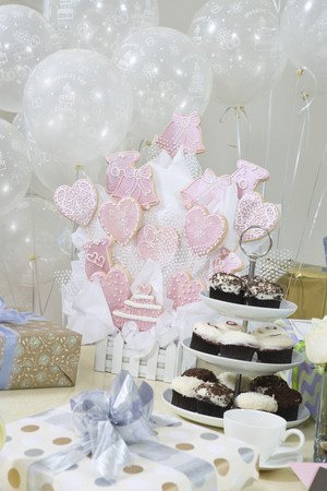 wedding customs: Decoration and presents at bridal shower