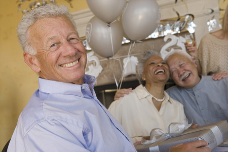 personas festejando: Senior people celebrating birthday