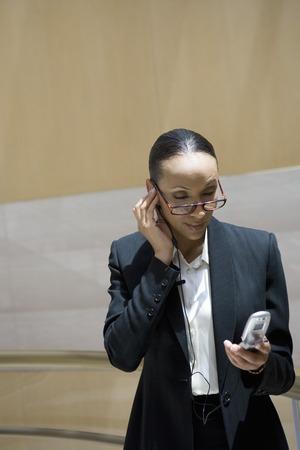 携帯電話を用いた屋内でのビジネス女性