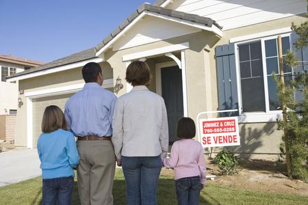 Famille avec deux enfants (6-8) devant la nouvelle maison, vue de dos Banque d'images