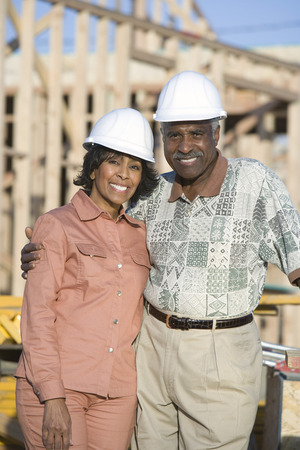 建設現場で中年のカップルの肖像画