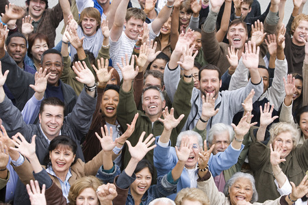 personas: Muchedumbre con los brazos alzados