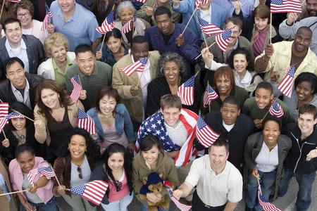 american flags: Aglomero sosteniendo banderas norteamericanas