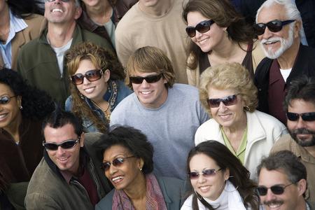mixed age range: Multitud llevando gafas de sol