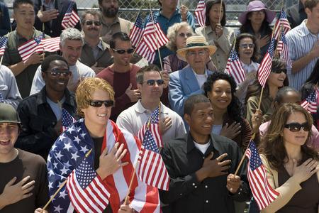mixed age range: Multitud de banderas norteamericanas de celebraci�n
