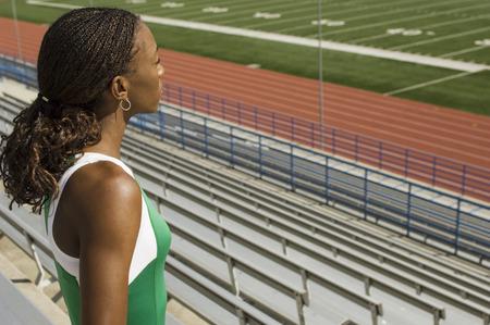 スタジアムを見ている女性のトラックの競技者