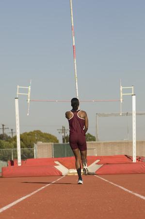 女性の運動選手棒高跳びの準備
