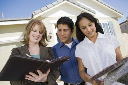 집을 구입, 계약을 체결하는 젊은 부부