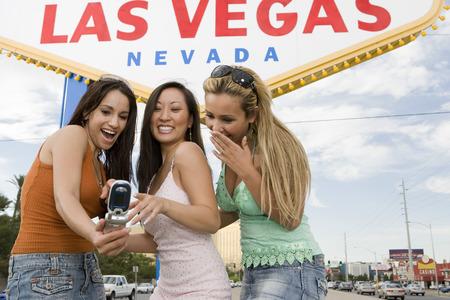 welcome sign: Trois femmes prise photo de Las Vegas Bienvenue signe, Nevada, USA