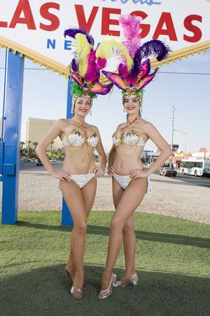 Bailarinas posando delante de Las Vegas signo de bienvenida, Nevada, EE.UU. Foto de archivo - 5476382