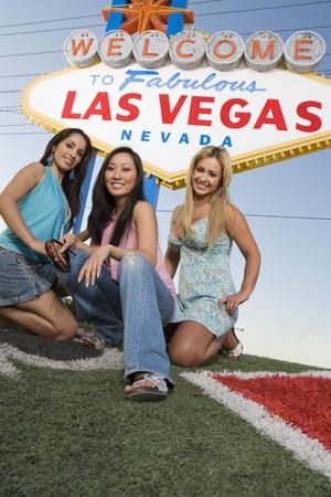 welcome sign: Trois femmes en face de Las Vegas Bienvenue signe, Nevada, �tats-Unis LANG_EVOIMAGES