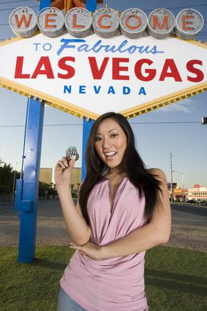 welcome sign: Femme posant devant de Las Vegas Bienvenue signe, Nevada, �tats-Unis LANG_EVOIMAGES