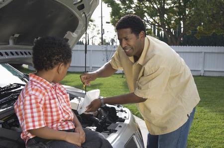 少年 (5-6) 支援父車でオイルのレベルをチェック