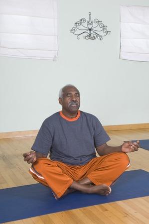 年配の男性人の瞑想