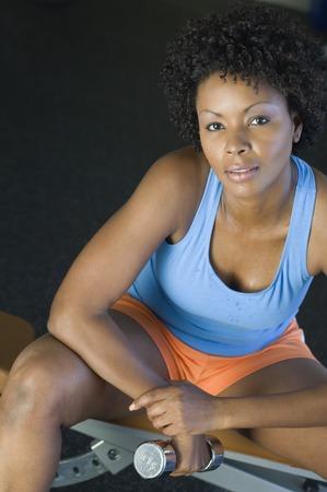 女性の重量挙げのダンベル