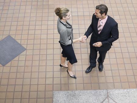 poign�es de main: Les gens d'affaires se serrant la main