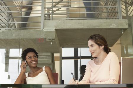 relaciones laborales: Empresarias en la reunión
