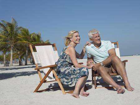 vacancier: Older Couple sur la plage