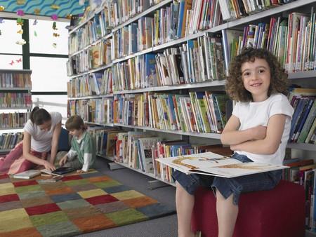 escuela primaria: Primaria lectura de los estudiantes en la Biblioteca LANG_EVOIMAGES