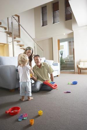 seres vivos: Jugando con el hijo de padres