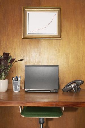 furniture hardware: Enmarcado gr�fico por encima de escritorio con ordenadores port�tiles