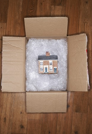 New Home in Moving Box Stockfoto - 5487782