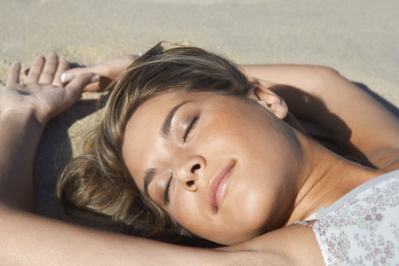 no kw 1: Young Woman Lying on Beach Enjoying Sunshine LANG_EVOIMAGES