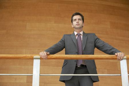 El hombre de negocios en el balcón LANG_EVOIMAGES