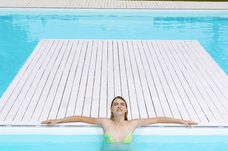 kw: Young Woman in Swimming Pool LANG_EVOIMAGES
