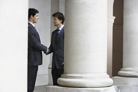 manos estrechadas: Businessmen Shaking Hands LANG_EVOIMAGES