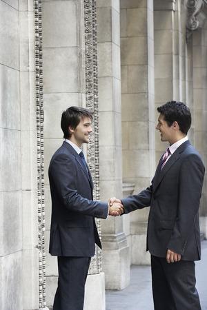 no kw 1: Businessmen Shaking Hands LANG_EVOIMAGES