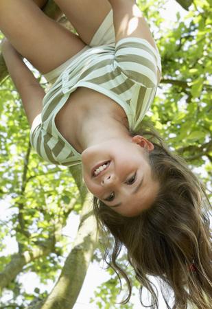 Dívka visí ze stromu LANG_EVOIMAGES