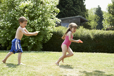 no kw 1: Two Kids Playing with Squirt Guns LANG_EVOIMAGES