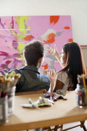 Hablar Pareja pintando en el estudio del artista