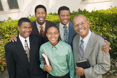 familia en la iglesia: Grupo de practicantes masculinos retrato
