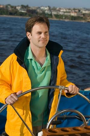 Anorak: Mann am Ruder der Segelboot