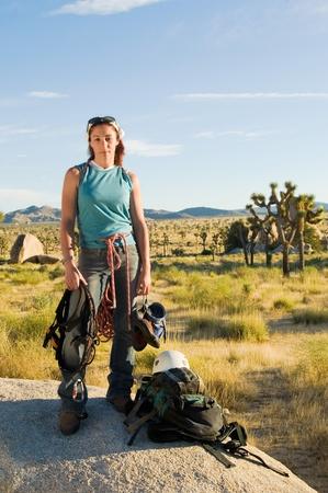 Kletterer auf Boulder mit Getriebe (Hochformat) Standard-Bild