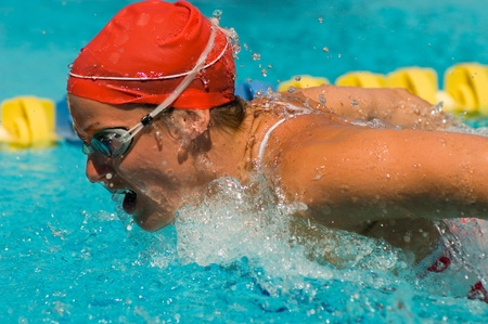 lane marker: Woman swimming butterfly stroke (close-up) LANG_EVOIMAGES